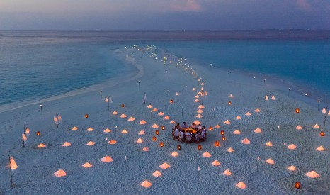 003-SF-Soneva_Fushi_Sandbank_Dinner_bt_Richard_Waite