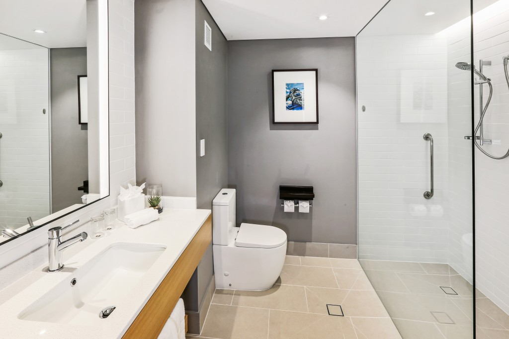 Shangri-La Hotel, The Marina Cairns Deluxe Room - Bathroom (1)